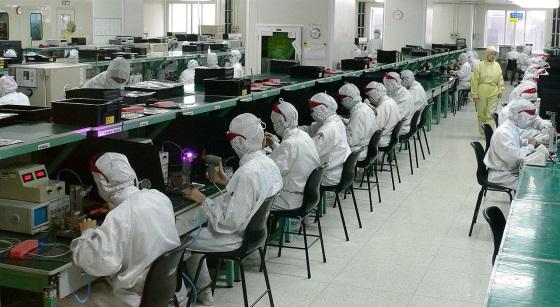Foxconn не будет использовать роботов в производстве смартфонов еще несколько лет