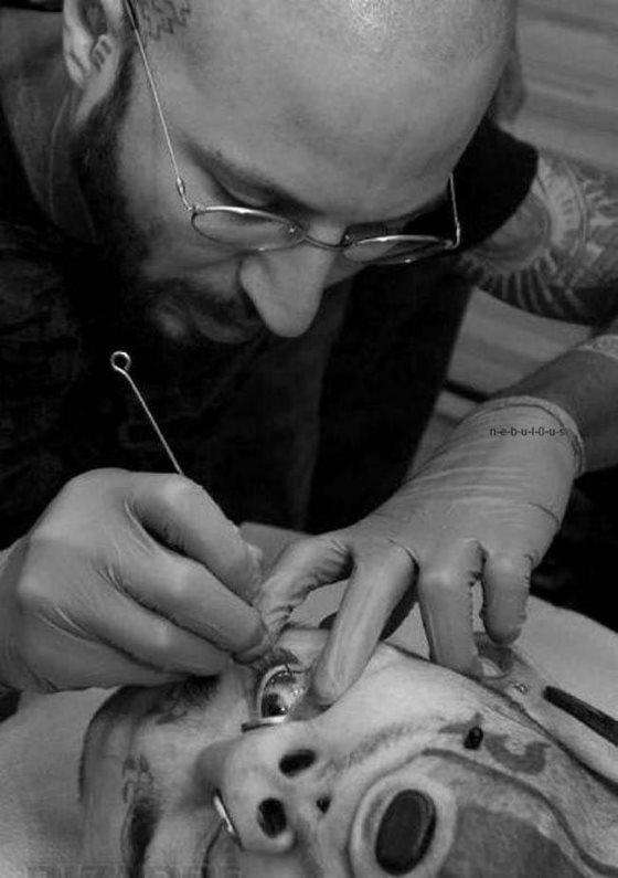 Технологии помогли ввести моду на татуировки на глазах