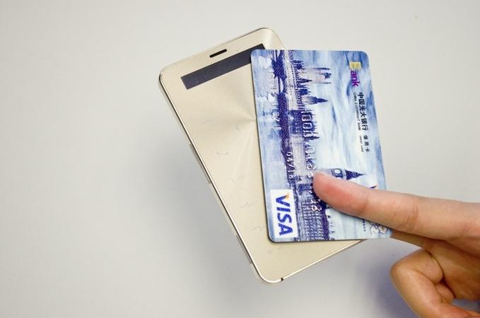 Телефон размером с кредитку проработает автономно 90 дней