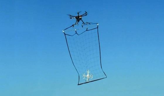 В Японии полицейские дроны будут сбивать другие дроны