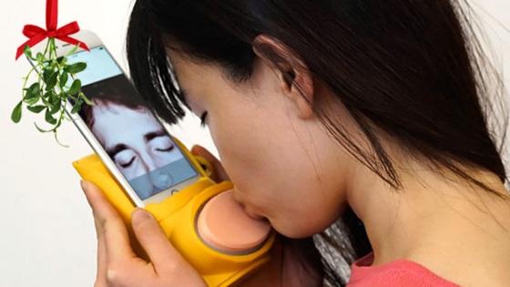 Устройство Kissenger способно передать ощущение поцелуя на расстоянии