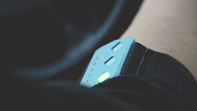 STEER – умный браслет, который не позволит уснуть за рулем