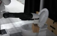 Представлен робот способный убираться в туалете